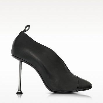 """【 7.5折】今季必备 Victoria Beckham """"V""""口高跟鞋 $735(约5222元)"""