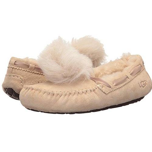 除6码外其他都有货~UGG Dakota Pom Pom 毛绒平底鞋 $59.98(约402元)